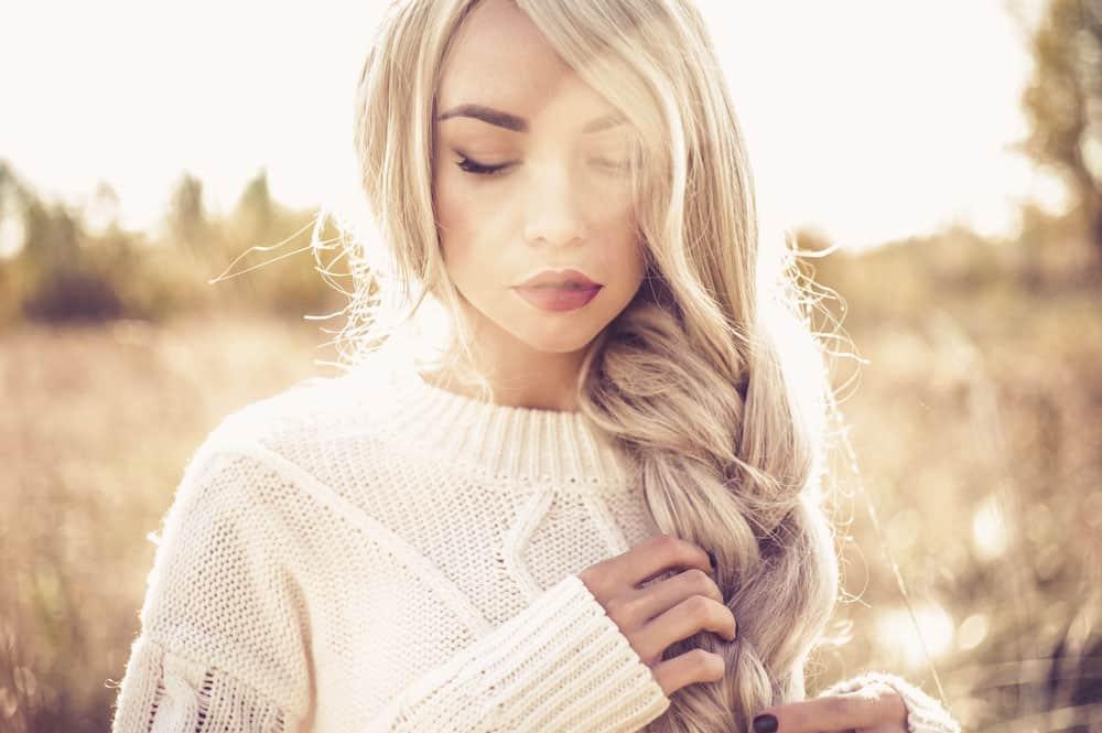 коллаген предотвращает образование секущихся кончиков, придает волосам и ногтям здоровый блеск, улучшает текстуру, делает их более крепкими.