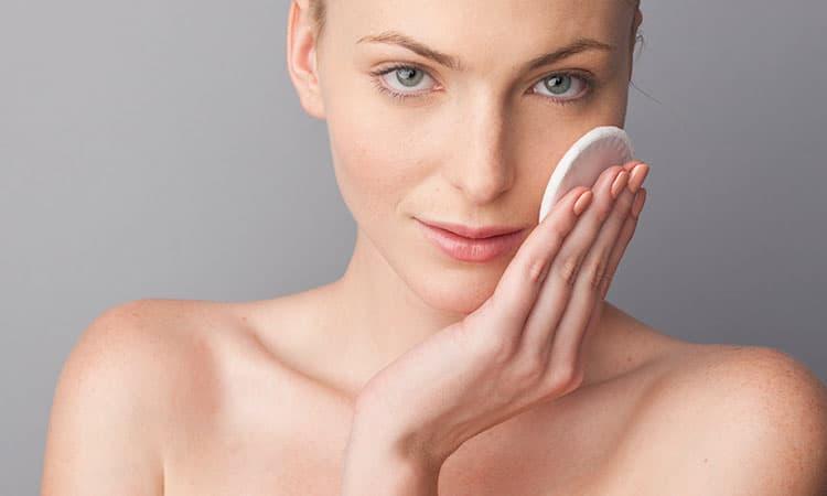 Главная задача при псориазе – увлажнить кожу и «запереть» влагу внутри. Сделать это можно только воздействуя извне – с помощью специальных косметических средств.